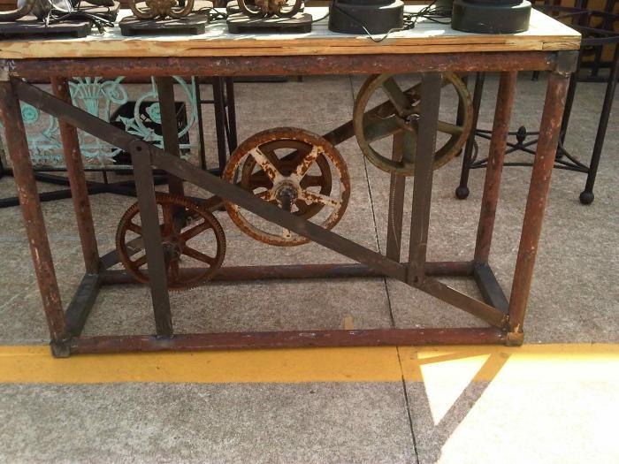 Steampunk dystopische retro fantasie meubelen met tandwielen en stoom - Tafel een kribbe stijl industriel ...