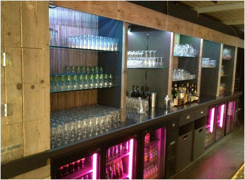 Complete cafe restaurant inrichting van steigerplanken - Inrichting van een lounge in lengte ...