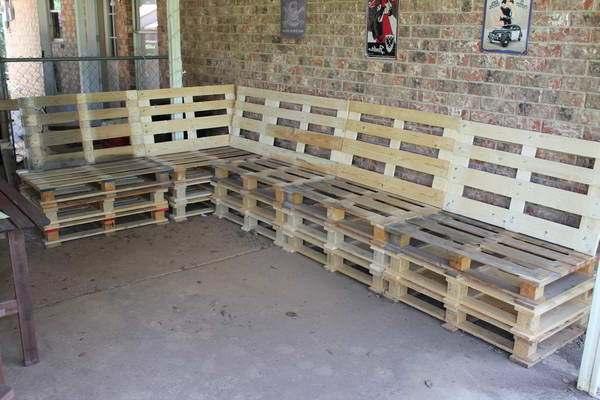 Lounge wandbanken van opgestapelde pallets.