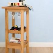 Om zelf te maken, een barkruk met ruimte voor glazen en wijnflessen.