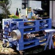 Voor de buitenkeuken, een keukentafel van pallets op wielen.