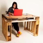 Pallets als materiaal om een bureau van te maken.