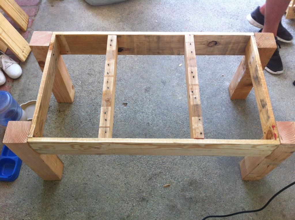 Onder het tafelblad van grotere pallettafels kunnen extra steunen gemonteerd worden.