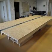 Met meubelplaat als tafelblad en met pallets voor het tafel onderstel.