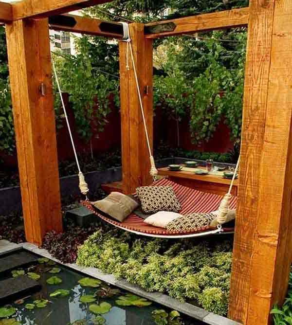 pergola van vier staande balken met hangmat in de tuin. Black Bedroom Furniture Sets. Home Design Ideas