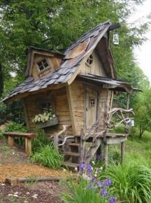 Schuin en grillig gebouwd tuinhuisje, als in een sprookje.