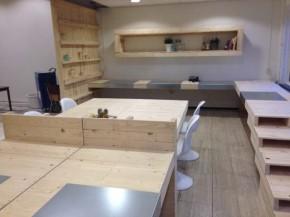 Maak zelf een vergadertafel of gezamelijke werktafel voor op kantoor, gebruik pallets als bouwmateriaal.