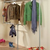 Hoogslaper bed van steigerbuizen en doe het zelf bedden - Hoogslaper met geintegreerde garderobe ...