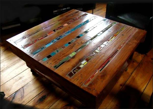 Koffietafel en salontafel waarbij glas in lood is verwerkt in het tafelblad.