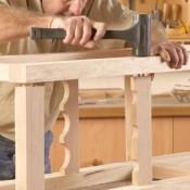 Klop stevig aan en klem de constructie vast totdat de lijm is gedroogd.