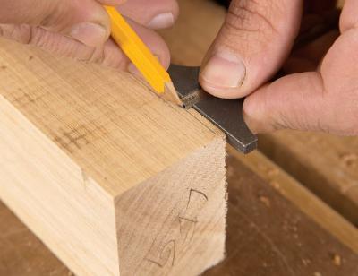 Aftekenen van de maten op het hout.