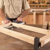 Maak een vierkant frame van hout, verbindingen met duvels.