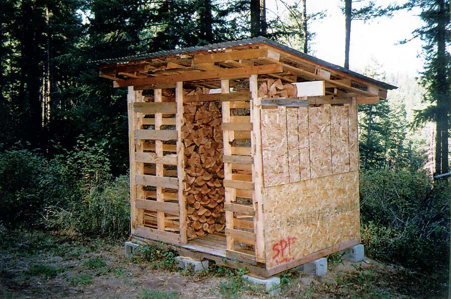 Doe het zelf voorbeeld om een tuinhuisje te maken voor het opslaan van hout, om van pallets te maken.