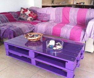 Pallettafel, salontafel op wielen met paarse verf beschilderd.