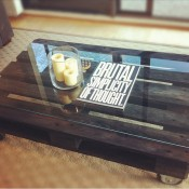 Salontafel en koffietafel op wielen met een glasplaat als tafelblad.