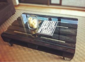 Koffietafel met glasplaat en salontafel op wielen.