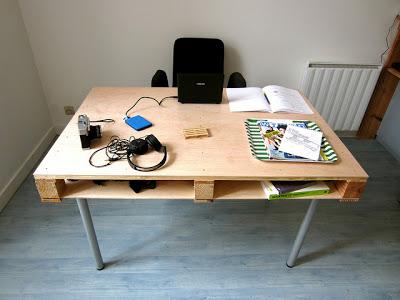 Dit bureau kun je zelf maken van een pallet met standaard metalen tafelpoten.