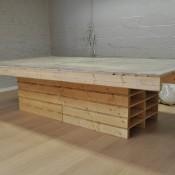 Grote houten tafel van pallets.