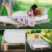 Doe het zelf bed schommel van een pallet aan touwen.