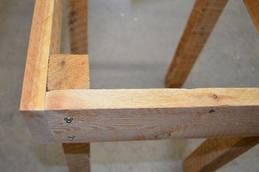 Pallettafel montage van tafelpoten. - Bouwtekeningen voor steigerhout