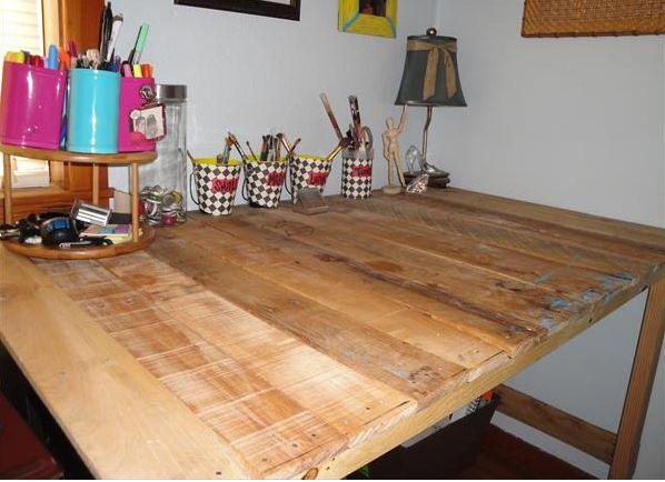 Maak zelf deze leuke tafel van pallets, een pallettafel is gratis.