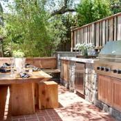 Buitenkeukens zijn heel mooi van oude planken en natuursteen.