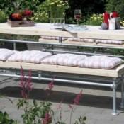 Buitentafel met banken van steigerbuis en planken.