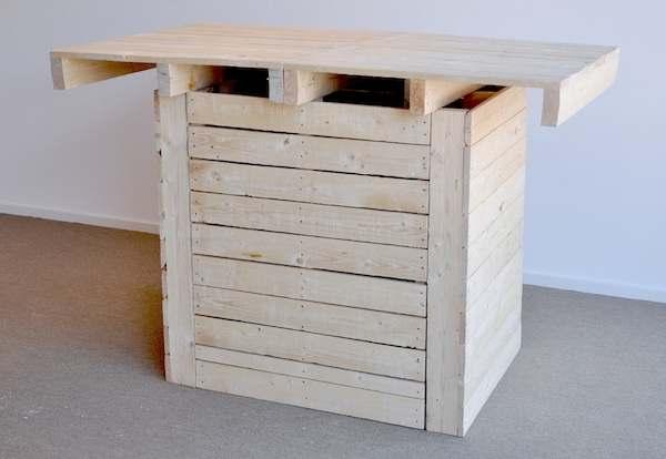 Maak deze hoge tafel van oude pallets.