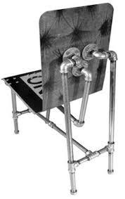 Voorbeeld hoe je een stoel kunt maken van een verkeersbord met steigerbuis en verbinders van steigers.
