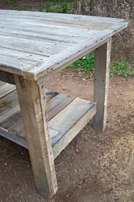 Tafel van steigerplanken en planken van pallets.