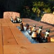 Maak een bak in het midden van de tafel zodat je er flesjes bier in kunt koelen.