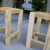 Tafelpoten van pallethout aan de pallettafel vastschroeven.